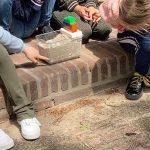 Uitleg over het grondwatersysteem. kinderen presenteren grondwatermodel